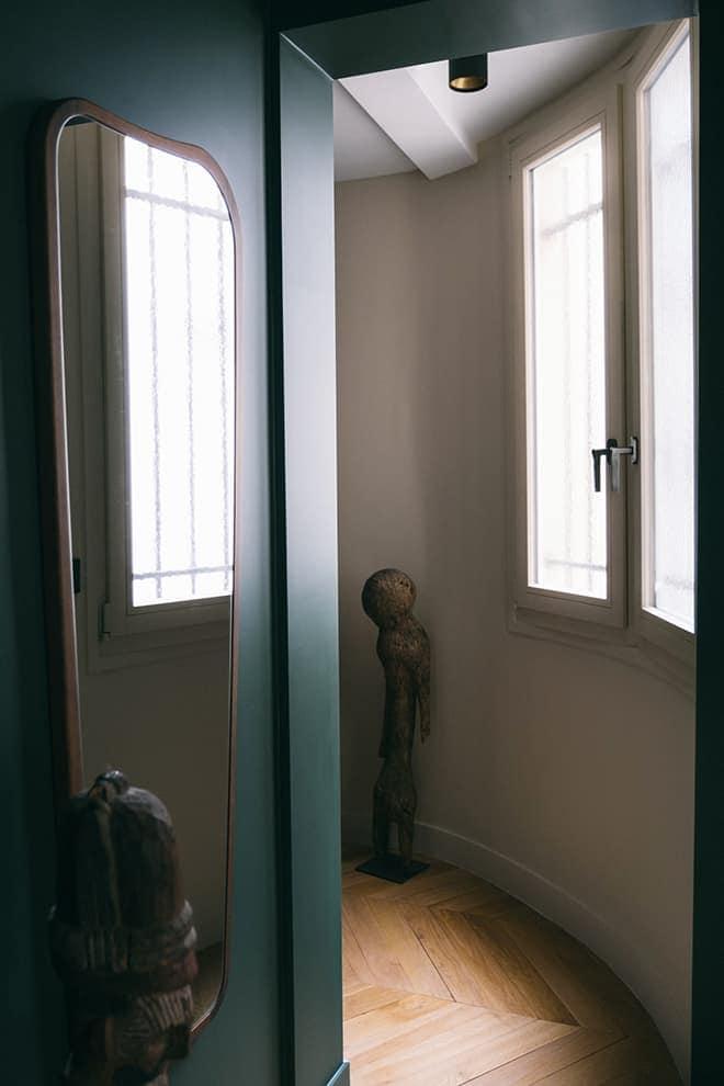 À droite de l'entrée, le couloir menant au coin enfant. Miroir (Sarah Lavoine)