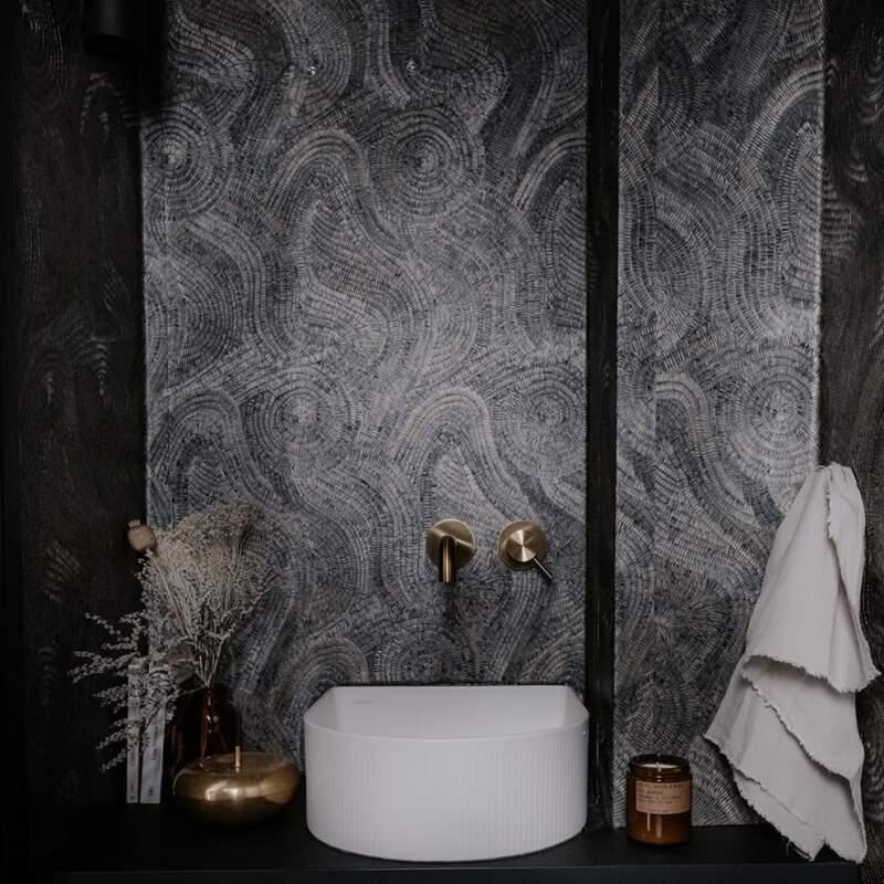 En enfilade, les toilettes invitées, esquissées par une mosaïque presque picturale. Robinetterie (Fantini). Vasque (Laufen)