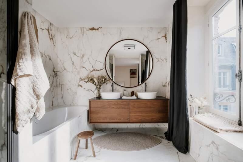 Respectant le propos décoratif, le meuble vasques (Stocco) s'inscrit comme une pièce de design à part entière. Vasques (Laufen). Robinetterie (Horus)