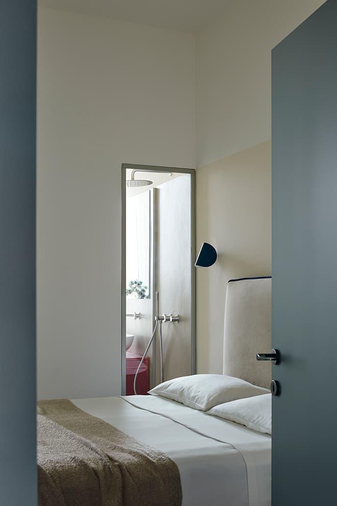 Au fond de l'appartement, la suite parentale et salle de bains. Applique murale tête de lit IO, design Claesson Koivisto Rune (FontanaArte)