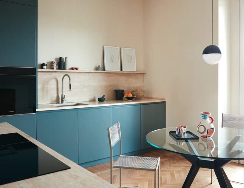 Côté verso, la cuisine reflète le propos chromatique propre à l'agencement