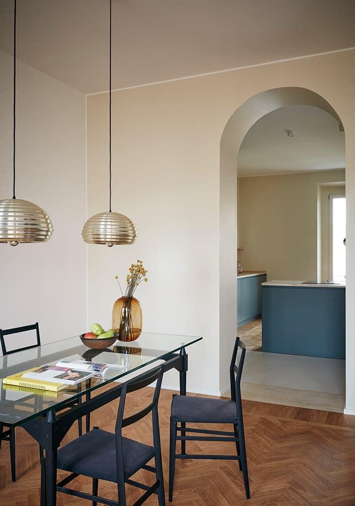 Dans la continuité de la cuisine, la salle à manger est sobrement meublée de pièces de maestri italiens du design