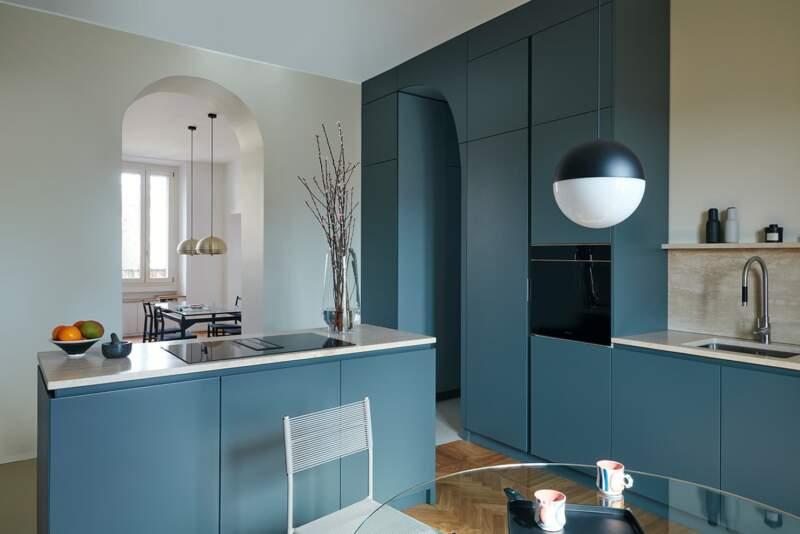 La cuisine est le pivot central de l'appartement, qui distribue tous les espaces