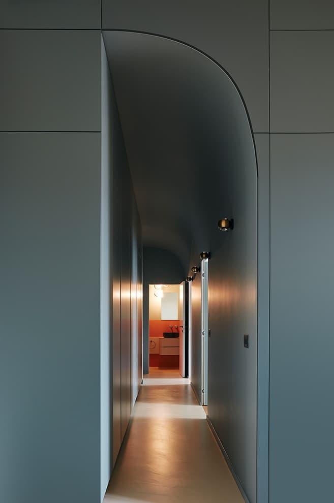 La seconde salle de bains, dotée d'une porte coplanaire peinte en bleu, clôt le long corridor menant aux espaces nuit-2