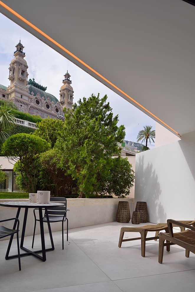 Au plus près du casino de Monaco, la terrasse du studio attenant témoigne de cette fusion in:out insufflée par a2-Sb Architectes.jpg