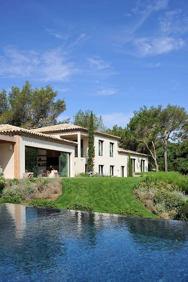 Dessinée par l'architecte François Thoniel, la villa s'intègre dans le paysage, au plus près des exigences imposées par le conseil des parcs de Saint-Tropez