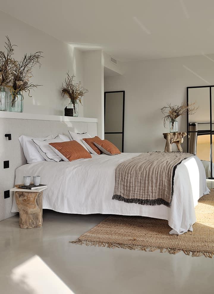 La master room profite quant à elle du seul étage de la villa, avec sa propre terrasse couverte