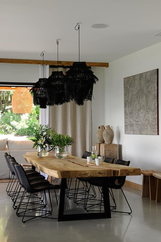 Le lin, le bois décliné sous toutes ses formes ou encore le rotin tissent des ambiances donc chaque meuble et chaque objet ont été patiemment chinés par la décoratrice aux quatre coins du monde