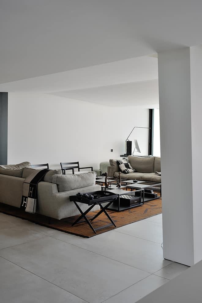Le plafond imaginé sous la forme de vagues est à l'origine de la conception architecturale, libérant les pièces de vie et laissant le mobilier évoluer à sa guise