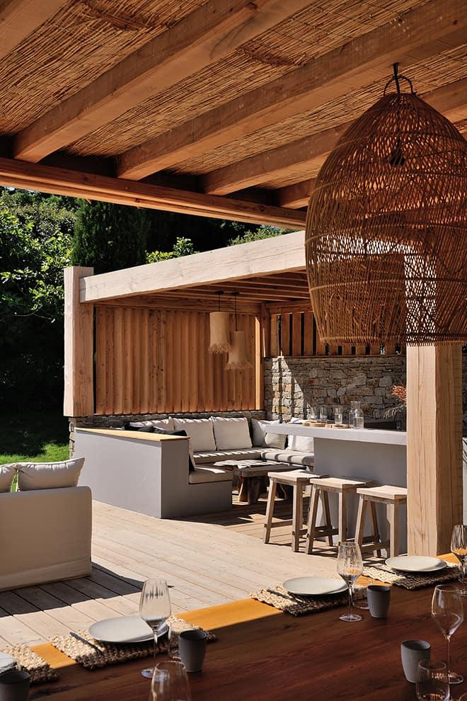Les scènes outdoor, parties prenantes de l'architecture, s'épanouissent sous une pergola en bois étuvé éclaté brossé