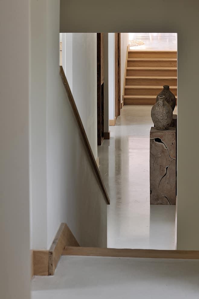 Liés par la douceur d'un sol en résine, aspect béton ciré, les espaces de vie prolongent leur aura « craft » vers le coin nuit ou quatre chambres en demi-niveaux évoluent en mode suites