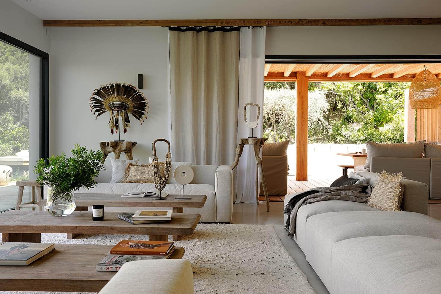 Lieu de connexion, le salon et la salle à manger appuient cette vision du sur-mesure et du style bohème chic tant apprécié par Virginie Bailly
