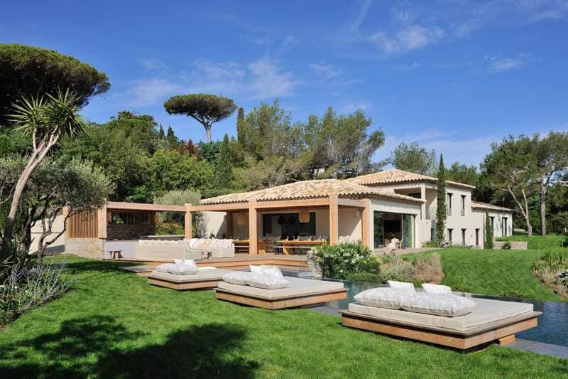 On retrouve les codes provençaux matérialisés par la toiture en tuiles de terre cuite et les génoises, unifiées par un enduit blanc très méditerranéen.