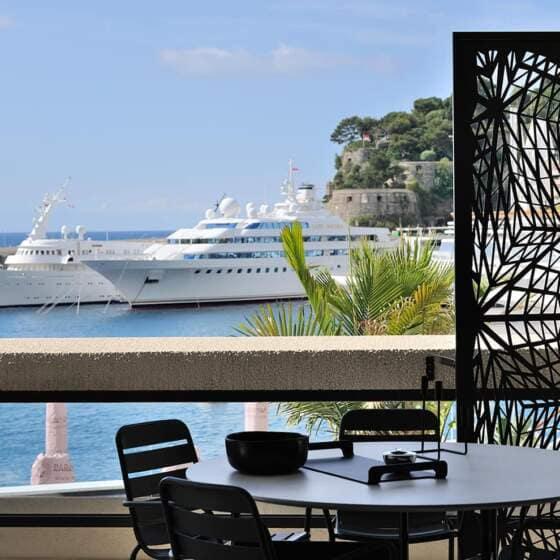 Pour a2-Sb Architectes, le premier décor de l'appartement demeure la vue sur le port de plaisance Hercule et la grande bleue