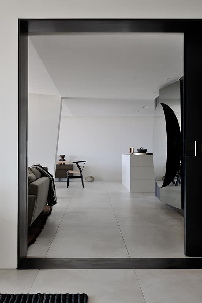 Pour affirmer cette notion de modularité, le sol en béton prolongé jusque sur les terrasses, unifie l'ensemble des pièces, n'imposant aucune délimitation à l'ameublement libre d'évoluer comme bon lui semble