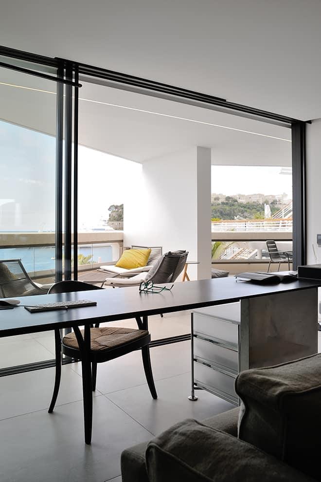 Profitant des larges ouvertures minimalistes (Keller), le bureau, dessiné par a2-Sb Architectes, nourrit cette sensation de liberté conceptuelle et cette vision épurée de l'agencement métallique