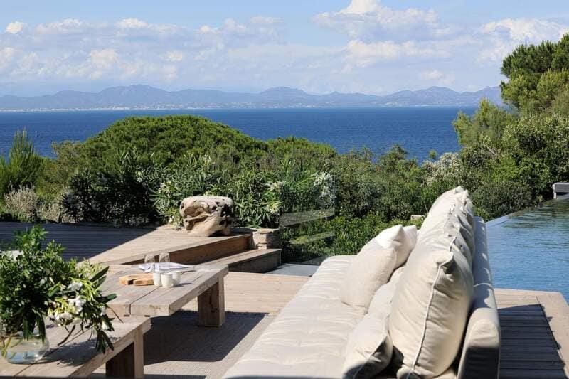Une villa en phase avec le panorama exceptionnel entre végétation luxuriante et bleu méditerranéen
