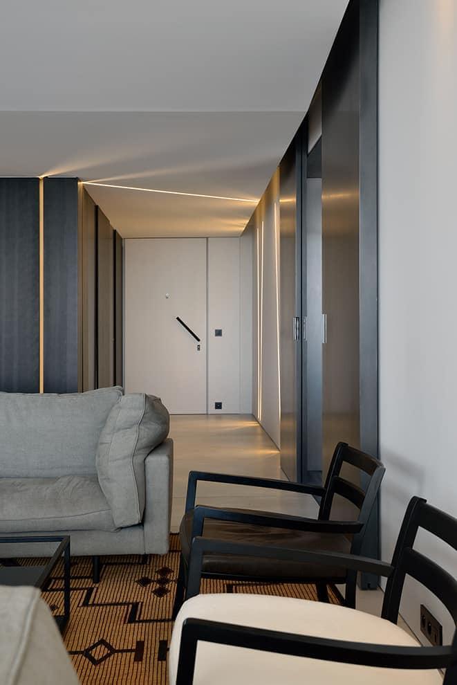 Véritable prouesse technique, le plafond en staff intègre un maximum d'éléments techniques invisibles, sans perdre la faible hauteur sous plafond. Il permet également ces lignes de faille lumineuses, déstructurant les perspectives