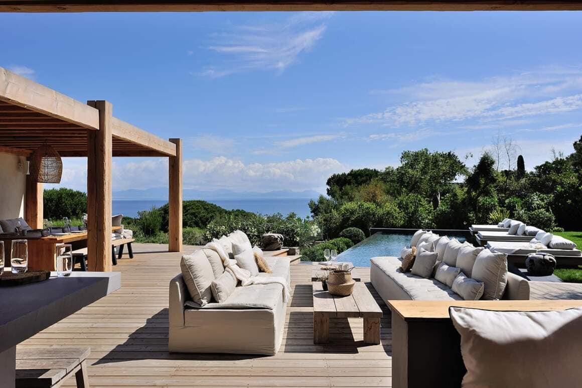 Villa contemporaine surblombant le golfe de Saint-Tropez