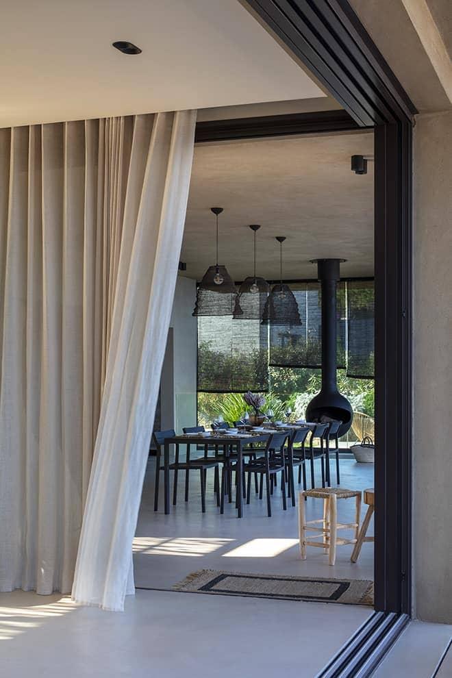 Bohème, le salon peut être entièrement fermé, pour les soirées d'hiver ou ouvert de part et d'autre, communiquant directement avec la salle à manger d'été