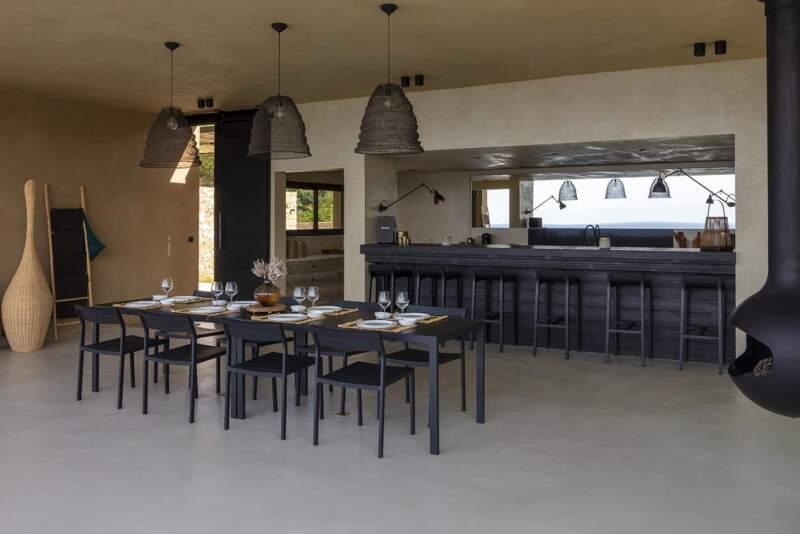 Dans le contraste, le bar et la cuisine ont été réalisés en bois brûlé