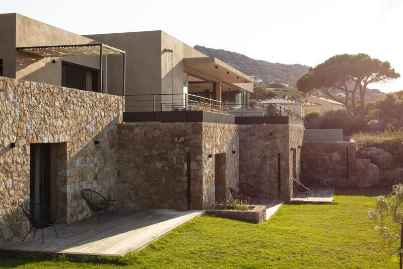 L'architecte Philippe Charbonneau a conçu un lieu de villégiature au plus proche de la nature, avec un socle en pierres ocre, modernisé par un toit-terrasse en enduit aux tonalités homogènes