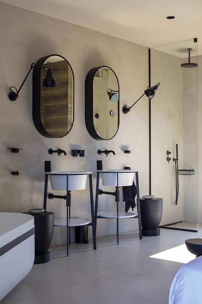 L'ensemble vasques (Cielo), robinetteries (Fantini) et baignoire (Porcelanosa) a été choisi avec soin pour s'intégrer comme des éléments décoratifs. Appliques (DCW Éditions)