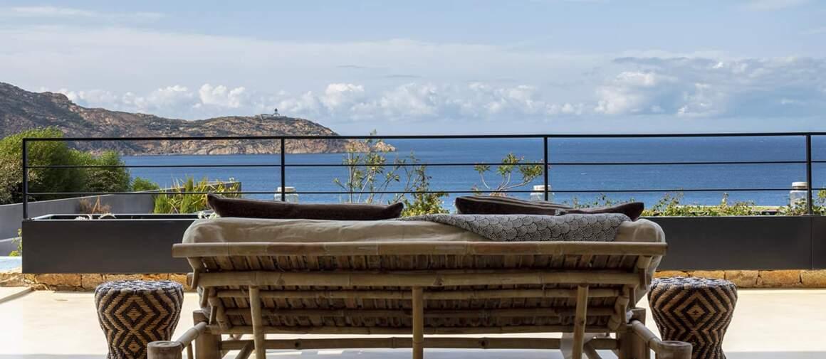 Les espaces de vie sont littéralement aimantés par l'horizon azuréen, notamment depuis la banquette en rotin (Tine K Home)
