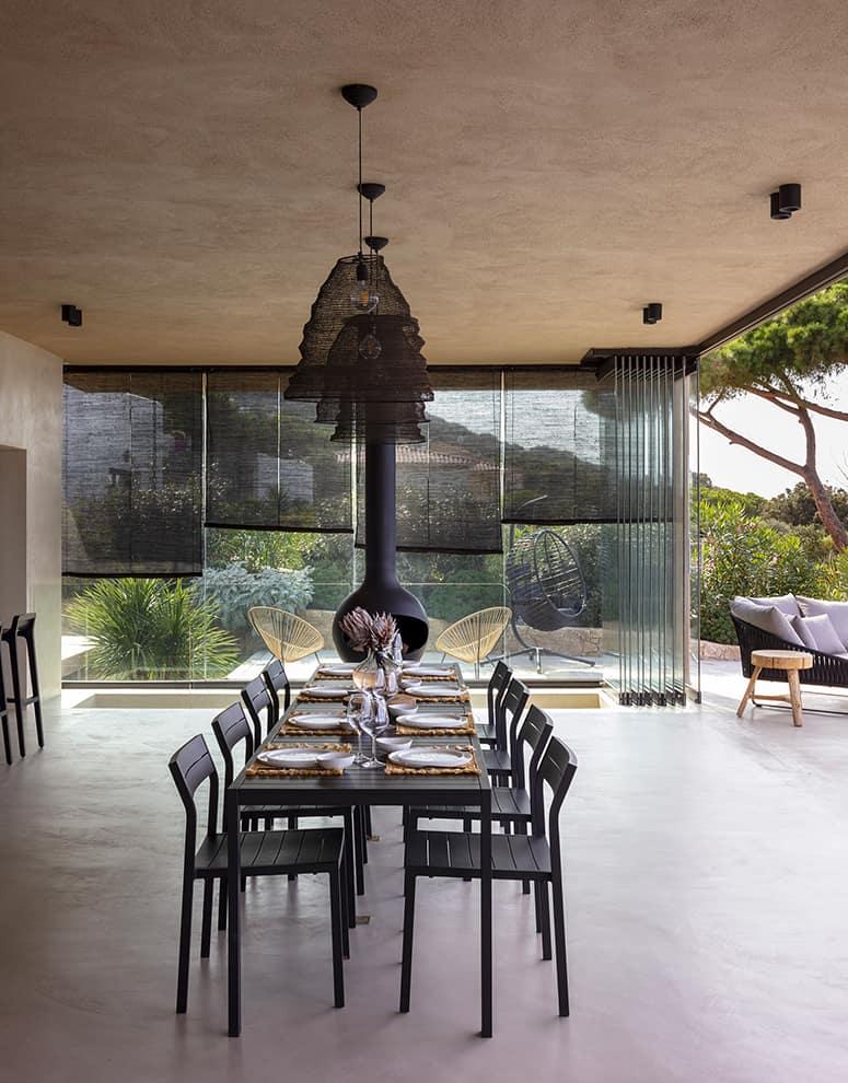 Panoramique, la villa a été pensée pour vivre dedans:dehors. Elle devient un terrain de jeu unique grâce à l'insertion de la baie vitrée accordéon, sans aucun rail au sol