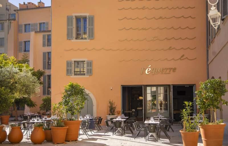 Terrasse de l'Équerre avec oeuvre murale %22Lettre à la mer%22 dessinée par WOKrea. Poterie Ravel