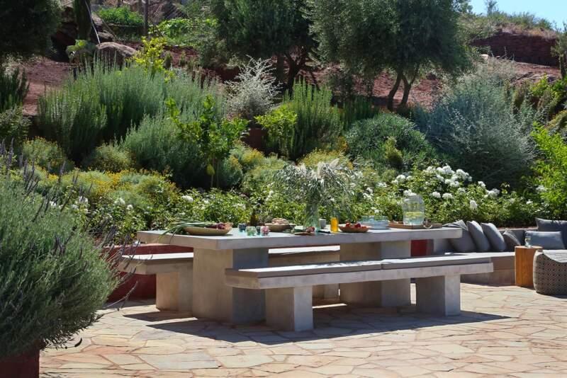 Également agence d'architecture paysagiste, Zin Archi a dessiné l'intégralité du jardin encastré dans la roche, en lien étroit avec la villa
