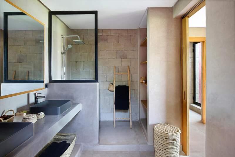 En rez-de-jardin, la salle d'eau reprend les codes décoratifs de l'ensemble de la villa