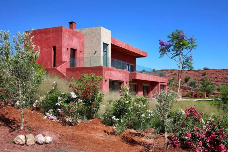 Façonnée dans l'argile de cette terre d'évasion, la villa imaginée par l'architecte Zineb Cherkaoui, alias Zin Archi