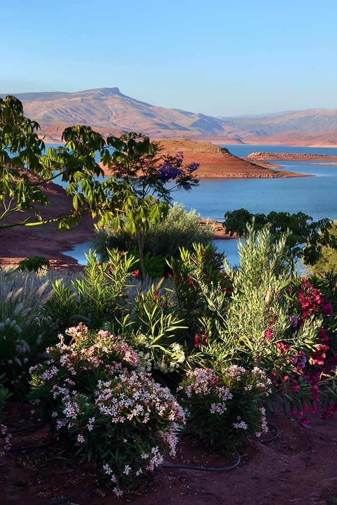 La villa s'érige sur les bords du lac de Bin El Ouidane, dans la région d'Azilal, avec pour seules compagnes de vie, les montagnes de l'Atlas