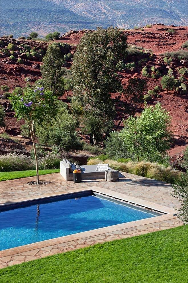 Le jardin paysager s'inscrit comme autant de points de vue, tantôt sur le lac, tantôt sur les montagnes