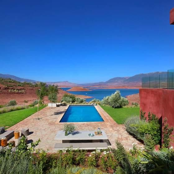 Reprenant les couleurs naturelles environnantes incandescentes et ocre, la villa joue sur les contrastes