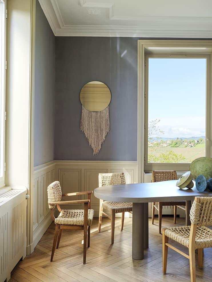 Au premier étage, les pièces de jour convoquent la lumière naturelle et les points de vue. Miroir Eos, en soie, mohair, laine et laiton (Ben & Aja Blanc)