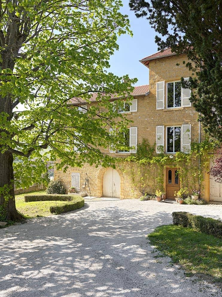 Érigée en 1867 par une famille de soyeux, cette demeure bourgeoise mêle les sacro-saintes pierres dorées aux codes lyonnais