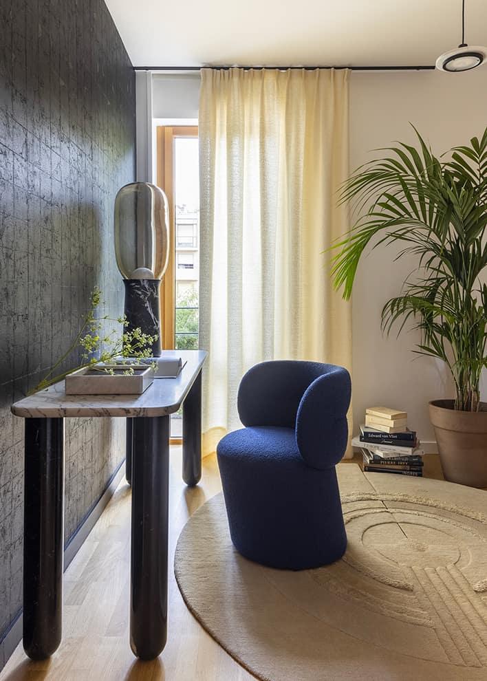 Espace de travail où le tapis Bliss (Mae Engelgeer – CC-Tapis) s'inscrit comme un jardin zen. Rideau en soie (Dedar). Fauteuil Get Lucky (Patricia Urquiola – Moroso). Console Sunday (Souletie – La Chance)