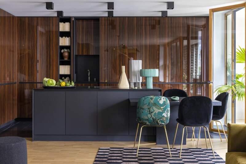 L'espace culinaire réalisé par Modulis s'épanouit au contact de l'ébène de Macassar, du FénixNTM et du granit. Chaise Beetle (GamFratesi – Gubi). Cendrier Smoking:No smoking (India Mahdavi)