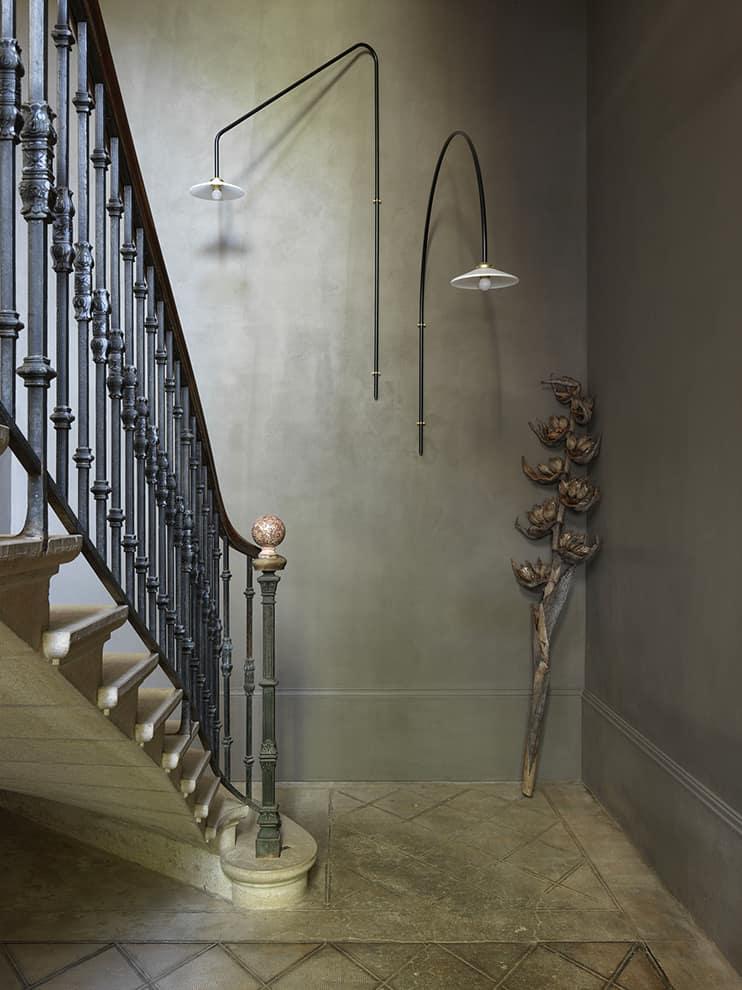 La colonne d'escalier de 12 mètres s'habille d'une surface composée de sable et de poussière de marbre. Appliques Hanging Lamp (Muller Van Severen)